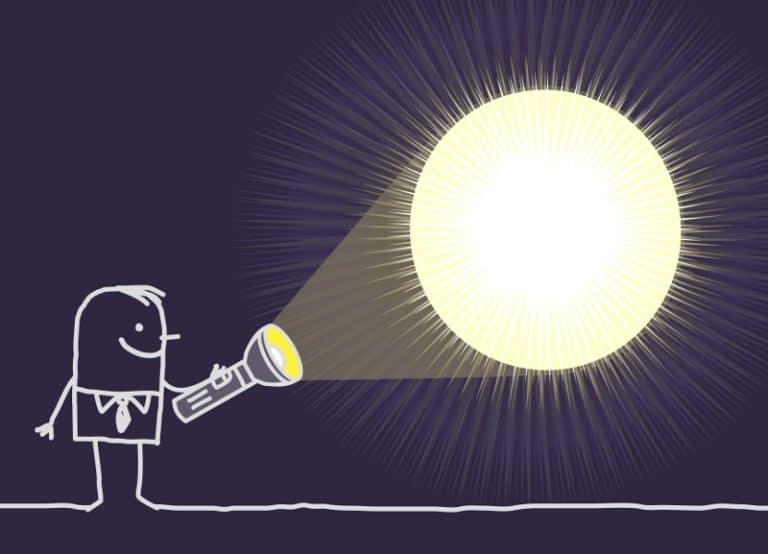 éclairer avec une lampe de poche